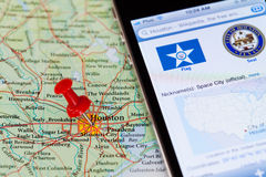 Iphone avec l'application de Wikipedia sur la carte de Houston Image libre de droits