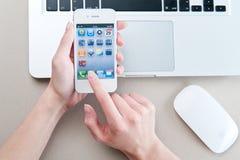 Iphone blanco 4 en las manos de las mujeres Imagen de archivo libre de regalías