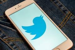 IPhone blanco con el logotipo de los medios sociales Twitter en la pantalla Medios icono social foto de archivo
