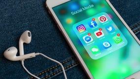 IPhone blanco de Apple con los iconos de los iconos sociales de los medios con los contadores almacen de metraje de vídeo