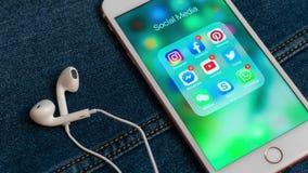 IPhone blanco de Apple con los iconos de los iconos sociales de los medios con los contadores almacen de video