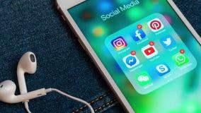 IPhone blanco de Apple con los iconos de los iconos sociales de los medios con los contadores metrajes