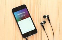 IPhone com logotype de Instagram em sua tela Foto de Stock