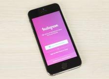 IPhone com a página do início de uma sessão de Instagram em sua tela Fotografia de Stock
