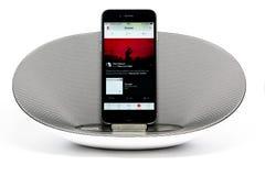 IPhone 6 con el altavoz que juega la música de Apple Imagen de archivo