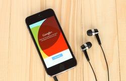 IPhone con Google più il logotype sul suo schermo Fotografia Stock