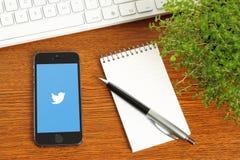 IPhone con il logotype di Twitter su fondo di legno Immagine Stock Libera da Diritti