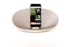 IPhone 6 con l'altoparlante che visualizza musica di Apple Fotografie Stock Libere da Diritti