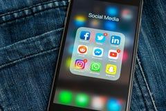IPhone con los iconos de medios sociales: instagram, youtube, reddit, facebook, gorjeo, snapchat, usos del whatsapp en la pantall fotos de archivo