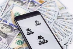 IPhone 8+ d'Apple avec anonyme et pirates informatiques et argent photos libres de droits