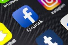 IPhone 8 d'Apple avec l'icône de Facebook sur l'écran de moniteur Facebook un du plus grand site Web social de réseau Icône de Fa Photographie stock libre de droits