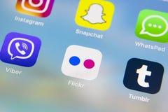 IPhone 7 de Apple com ícones do facebook social dos meios, instagram, gorjeio, aplicação do snapchat na tela Smartphone que começ Foto de Stock