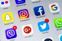 IPhone X de Apple com ícones do facebook social dos meios, instagram, gorjeio, aplicação do snapchat na tela Ícones sociais dos m Fotos de Stock