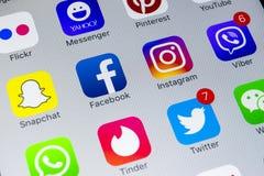 IPhone X de Apple com ícones do facebook social dos meios, instagram, gorjeio, aplicação do snapchat na tela Ícones sociais dos m Imagem de Stock Royalty Free