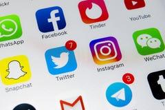 IPhone X de Apple com ícones do facebook social dos meios, instagram, gorjeio, aplicação do snapchat na tela Ícones sociais dos m Fotos de Stock Royalty Free