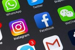 IPhone X de Apple com ícones do facebook social dos meios, instagram, gorjeio, aplicação do snapchat na tela Ícones sociais dos m Imagem de Stock