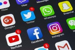 IPhone X de Apple com ícones do facebook social dos meios, instagram, gorjeio, aplicação do snapchat na tela Ícones sociais dos m Foto de Stock