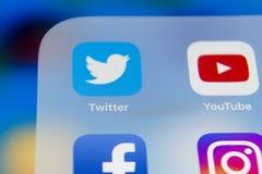 IPhone 7 de Apple com ícones do facebook social dos meios, instagram, gorjeio, aplicação do snapchat na tela Tabuleta que começa  Fotografia de Stock