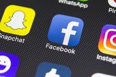 IPhone 8 de Apple con el icono de Facebook en la pantalla de monitor Facebook uno del sitio web social más grande de la red Icono Imagen de archivo