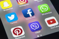 IPhone 7 de Apple con los iconos del medios facebook social, instagram, gorjeo, uso del snapchat en la pantalla Smartphone que co Imagen de archivo libre de regalías