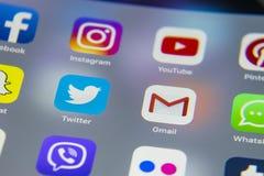 IPhone 7 de Apple con los iconos del medios facebook social, instagram, gorjeo, uso del snapchat en la pantalla Smartphone que co Imagenes de archivo