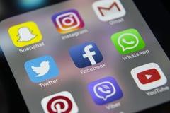 IPhone 7 de Apple con los iconos del medios facebook social, instagram, gorjeo, uso del snapchat en la pantalla Smartphone que co Fotografía de archivo