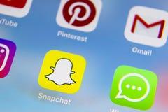 IPhone 7 de Apple con los iconos del medios facebook social, instagram, gorjeo, uso del snapchat en la pantalla Smartphone que co Fotos de archivo libres de regalías