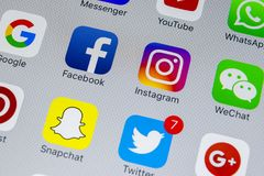 IPhone X de Apple con los iconos del medios facebook social, instagram, gorjeo, uso del snapchat en la pantalla Medios iconos soc Fotos de archivo libres de regalías