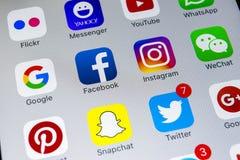 IPhone X de Apple con los iconos del medios facebook social, instagram, gorjeo, uso del snapchat en la pantalla Medios iconos soc Imagen de archivo
