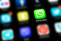 IPhone X de Apple con los iconos de los medios sociales WhatsApp fotos de archivo