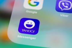 IPhone 7 de Apple con los iconos de medios yahoo social, facebook, instagram, gorjeo, uso del snapchat en la pantalla Smartphone Fotos de archivo