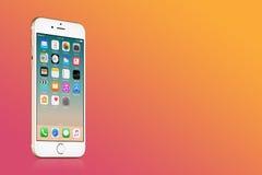 IPhone 7 de Apple del oro con IOS 10 en la pantalla en fondo rosado de la pendiente con el espacio de la copia Imagenes de archivo
