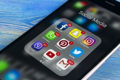 IPhone 7 de Apple en la tabla de madera con los iconos del medios facebook social, instagram, gorjeo, uso del snapchat en la pant Foto de archivo
