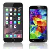IPhone de Apple 6 más contra la galaxia S5 de Samsung Imagen de archivo libre de regalías
