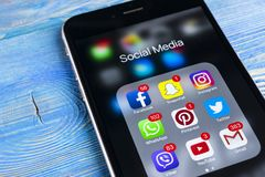 IPhone 7 de Apple na tabela de madeira com ícones do facebook social dos meios, instagram, gorjeio, aplicação do snapchat na tela Fotografia de Stock Royalty Free