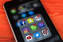 IPhone 7 de Apple na tabela de madeira com ícones do facebook social dos meios, instagram, gorjeio, aplicação do snapchat na tela Foto de Stock Royalty Free