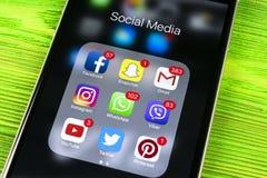 IPhone 7 de Apple na tabela de madeira com ícones do facebook social dos meios, instagram, gorjeio, aplicação do snapchat na tela Imagens de Stock