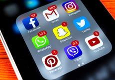 IPhone 7 de Apple na tabela de madeira com ícones do facebook social dos meios, instagram, gorjeio, aplicação do snapchat na tela Fotos de Stock Royalty Free