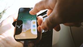 IPhone de conexión X al coche de Apple almacen de metraje de vídeo