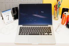 Iphone de exhibición del presentin del sitio web de los Apple Computer nuevo Imágenes de archivo libres de regalías