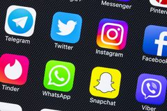 IPhone X di Apple con le icone del facebook sociale di media, instagram, cinguettio, applicazione dello snapchat sullo schermo Ic Fotografie Stock Libere da Diritti