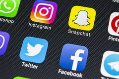 IPhone X di Apple con le icone del facebook sociale di media, instagram, cinguettio, applicazione dello snapchat sullo schermo Ic Fotografia Stock