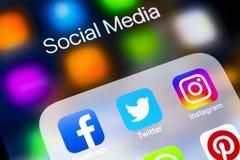 IPhone X di Apple con le icone del facebook sociale di media, instagram, cinguettio, applicazione dello snapchat sullo schermo Ic Immagini Stock Libere da Diritti