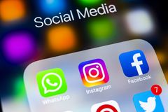 IPhone X di Apple con le icone del facebook sociale di media, instagram, cinguettio, applicazione dello snapchat sullo schermo Ic Immagine Stock