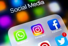 IPhone X di Apple con le icone del facebook sociale di media, instagram, cinguettio, applicazione dello snapchat sullo schermo Ic Fotografia Stock Libera da Diritti