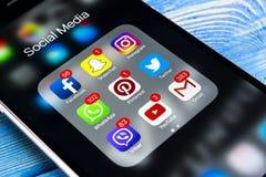 IPhone 7 di Apple sulla tavola di legno con le icone del facebook sociale di media, instagram, cinguettio, applicazione dello sna Immagini Stock