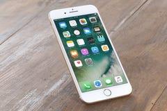 IPhone dourado 7 positivo Fotos de Stock Royalty Free