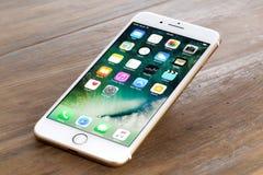 IPhone dourado 7 positivo Fotografia de Stock Royalty Free