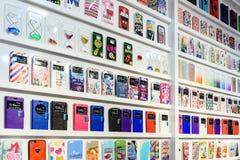IPhone e caixas coloridos do telefone de Samsung para a venda em lojas dos telefones celulares Foto de Stock Royalty Free