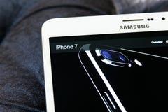 Iphone 7 en Home Page del funcionario de la manzana Foto de archivo